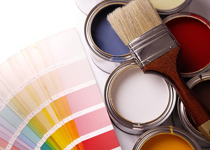 塗料缶と刷毛とカラーチャート